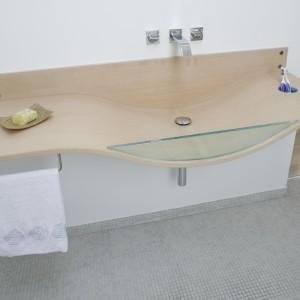 Umywalka to model Gabbiano marki Agape – pierwsza na świecie umywalka z giętego drewna wprowadzona do produkcji przemysłowej.Projekt Alina Grzybowska, Konstanty Jeżewska. Fot. Bartosz Jarosz.