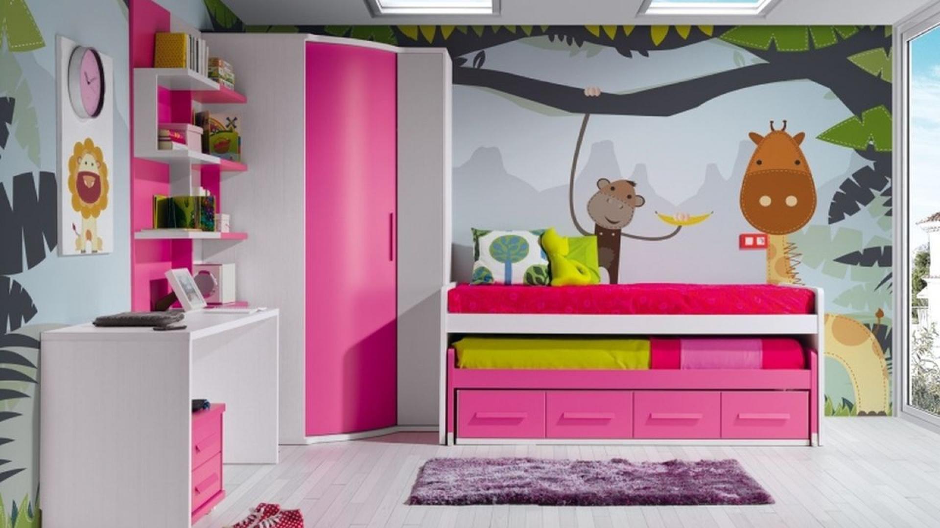 Szafa narożna z różowymi drzwiami przeznaczona do pokoju dziewczynki. Fot. Muebles Lara.