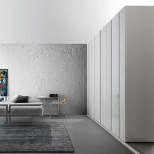 Biała, wysoka zabudowa świetnie sprawdzi się w minimalistycznych wnętrzach. Fot. Bross Italy.