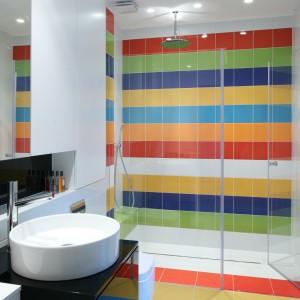 Kolorowa ściana za prysznicem. Najciekawsze pomysły architektów