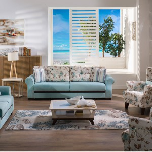 Połączenie delikatnych kwiatów z błękitną tapicerką to propozycja dla miłośników spokojnych aranżacji. Fot. Istikbal.