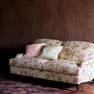 Tapicerka w róże podkreśla romantyczny wygląd sofki. Fot. Colefax and Fovler.