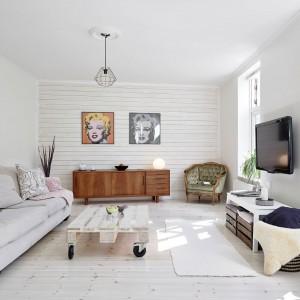 Biała boazeria w salonie: patent na stylowe wnętrze. Zobacz galerię!