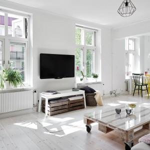 W części wypoczynkowej przy kanapie stanął wykonany z palet stolik. Fot. Stadshem.se.