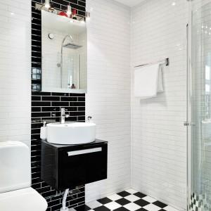 Czarno-biała stylowa łazienka. Fot. Stadshem.se.