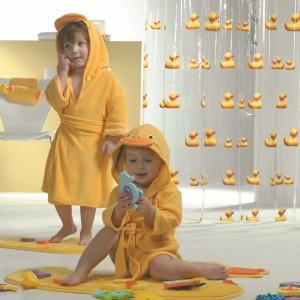 Te urocze kaczuszki zostały ubrane w szlafroczki dziecięce z kolekcji Duckling. W tle żelowa zasłonka do prysznica z tej samej serii. Fot. Sealskin/Coram.