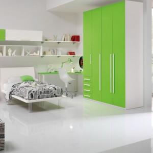 Dzięki zielonym frontom pokój nie wydaje się sterylny. Fot. Spar.
