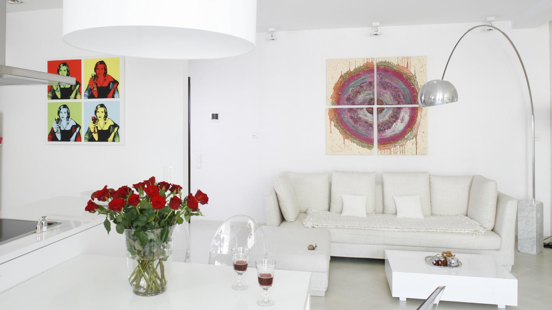 Najważniejsze miejsce w salonie, czyli tuż nad kanapą, zdobi nowoczesny obraz, który tworzą 4 elementy. Projekt: Piotr Gierałtowski. Fot. Bartosz Jarosz.