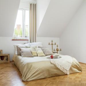 Jasna, przestronna sypialnia urządzona w stylu minimalistycznym. Fot. Fantastik Frank.