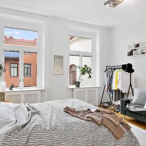 Białe ściany stanowią doskonałe tło dla jasnych mebli. Przestronne okna zapewniają dopływ naturalnego świtała. Fot. Alvhem Mäkler.