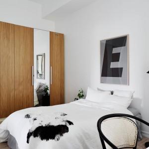 Lustrzane fronty szafy powiększają optycznie przestrzeń, drewniane elementy ocieplają wnętrze. Fot. Stadshem.