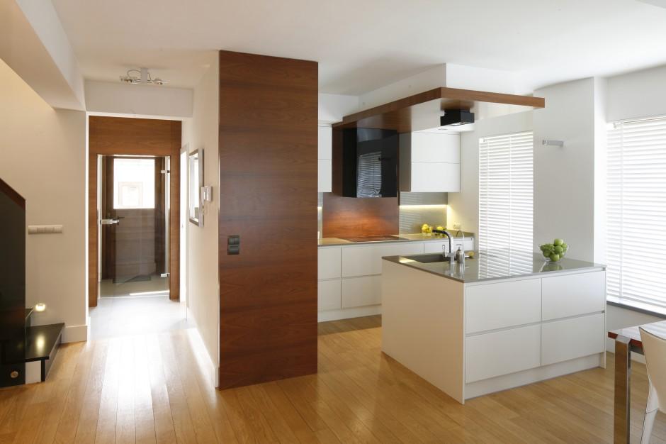 Otwarta na salon kuchnia Biała kuchnia ocieplona   -> Kuchnia Biala Ocieplona Drewnem