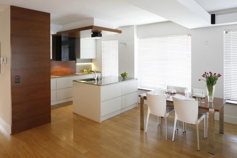 Kuchnia, podobnie jak Biała kuchnia ocieplona drewnem
