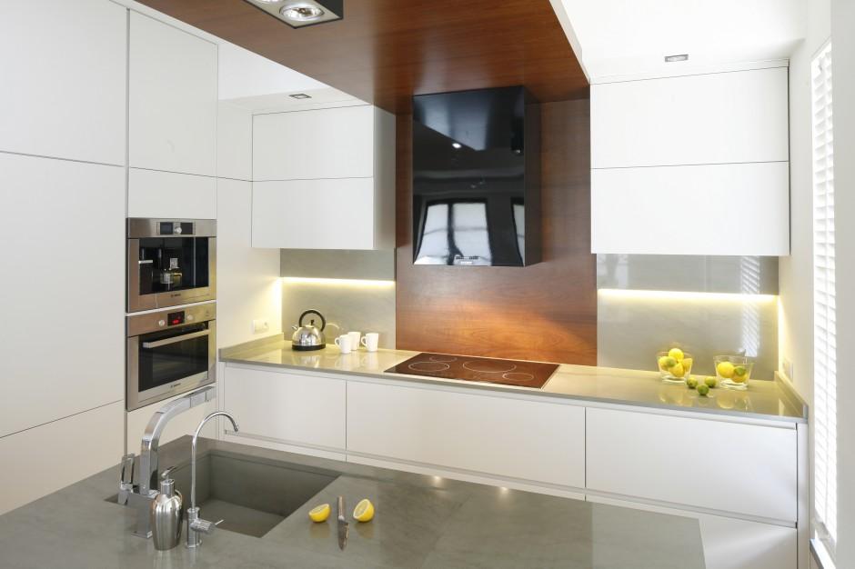 Minimalistyczne wnętrze Biała kuchnia ocieplona   -> Kuchnia Biala Ocieplona Drewnem