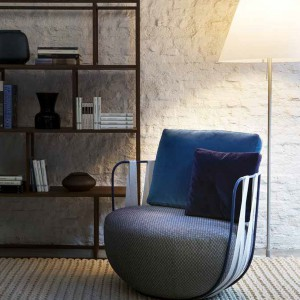 Miękki fotel o półokrągłej podstawie z kolekcji Miami marki Swan. Fot. Swan.