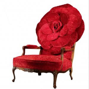 Krzesło z oparciem w formie róży wykonanej z aksamitnej tapicerki. Projekt: Carla Tolomeo dla Formitalia Luxury Group. Fot. Fabio Luciani.