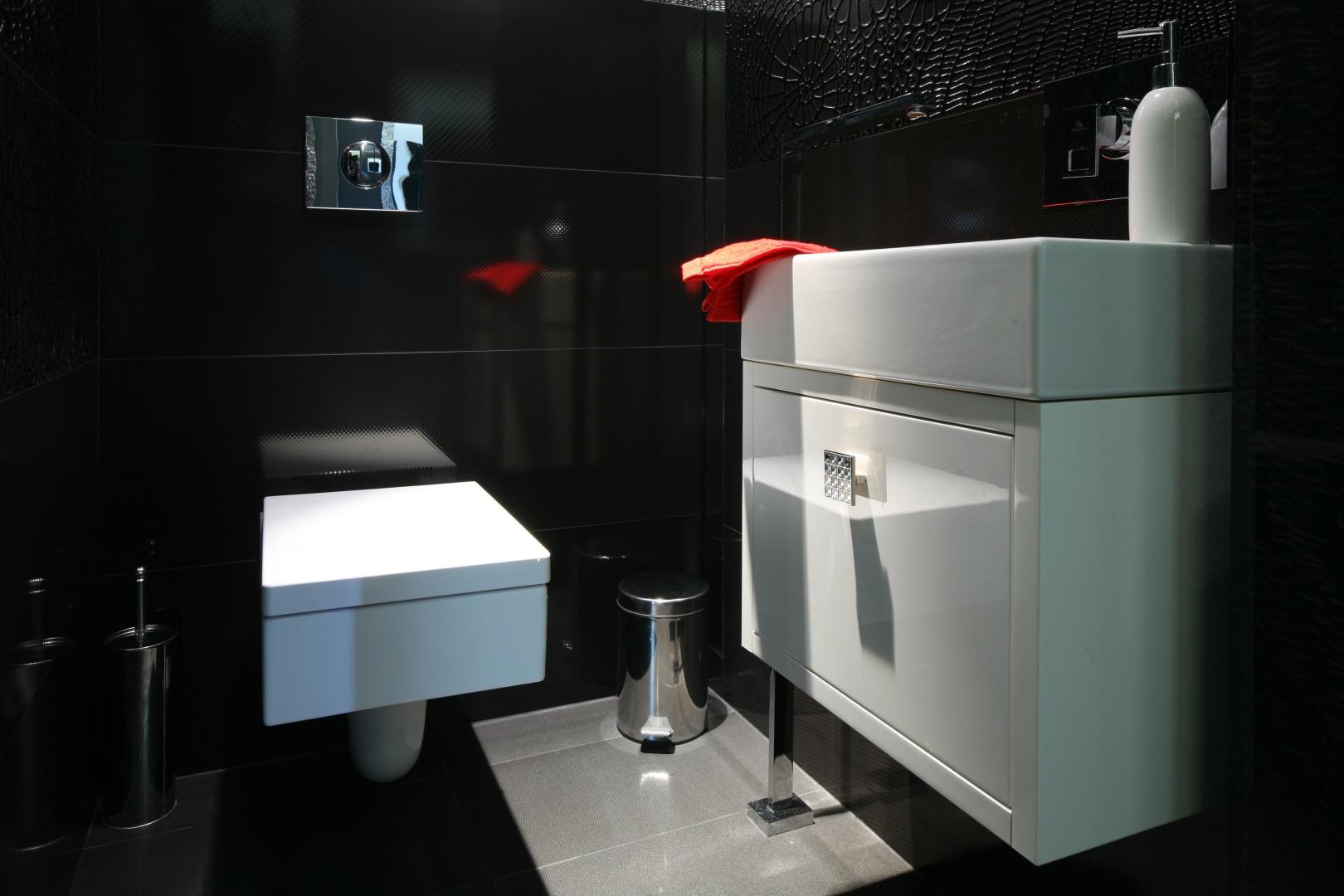 Mimo niewielkich gabarytów pomieszczenia czerń w tej łazience okazała się dobrym rozwiązaniem. Stała się doskonałym tłem dla wyeksponowania szczegółów, które w tak niewielkim wnętrzu są najbardziej istotne. Projekt Łukasz Sałek. Fot. Bartosz Jarosz.