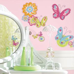 Własnoręcznie namalowane motyle i kwiaty mogą zdobić ścianę przy toaletce lub biurku. Fot. Becky&Lolo.