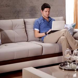 Wygodna sofa w ciepłym odcieniu beżu sprawi, że salon stanie się bardziej przutulny. Fot. Istikbal.