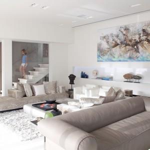 Beżowa sofa potrafi ocieplić nawet z założenia zimne, ultranowoczesne wnętrze. Fot. Iidudu.