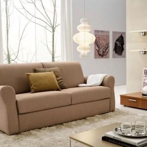 Niewielka sofa w uniwersalnym kształcie i kolorze. Fot. Colombini Casa.