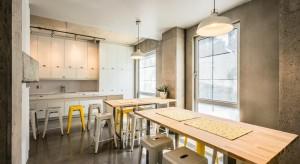 Ciekawe wnętrze w surowym industrialnym stylu to, wbrew pozorom, nie prywatne mieszkanie, a znajdujący się w Montrealu akademik. Zobaczcie, jak mieszkają kanadyjscy studenci!