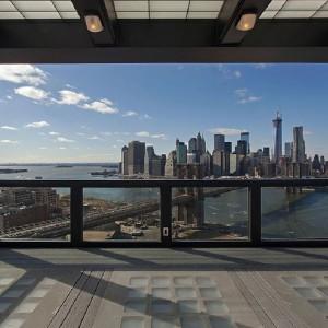Widok na Mahattan z okna jednego z pomieszczeń. Fot. Corcoran.com.