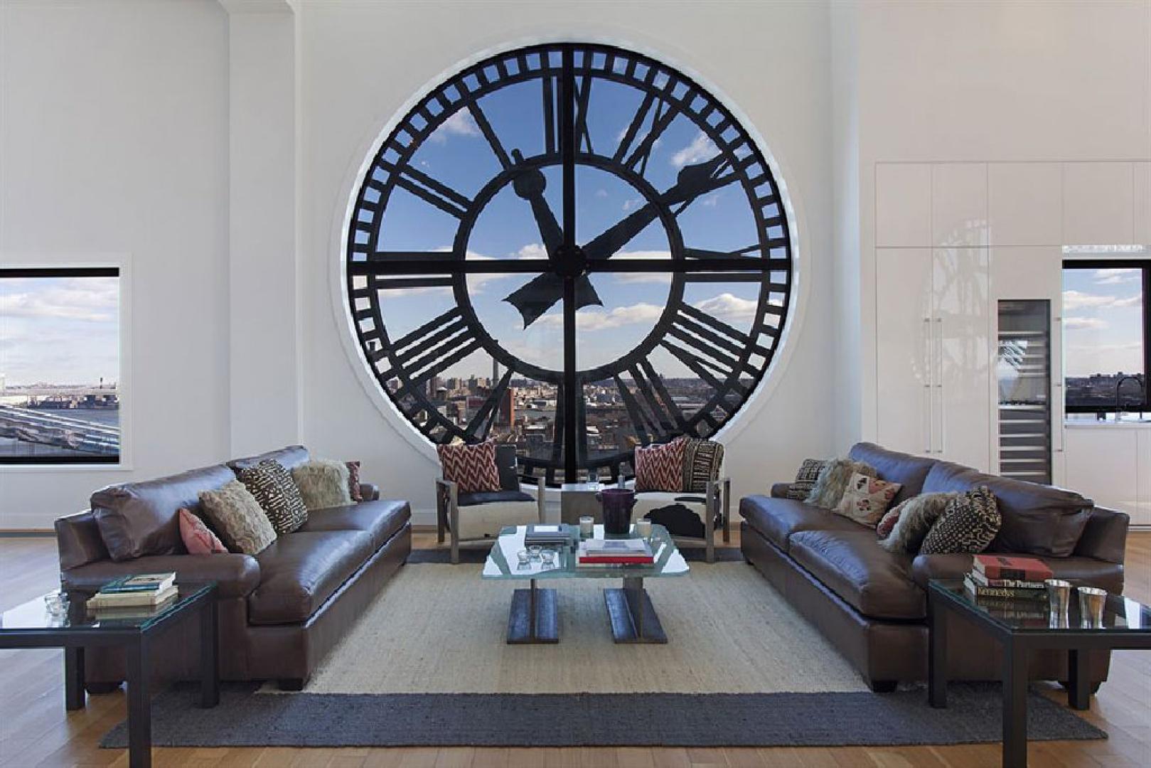 Dominujący element wnętrza - 4-metrowy przeszklony zegar, jeden z czterech znajdujących się w tym apartamencie. Fot. Corcoran.com.