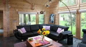 Drewno na ścianie w salonie to ostatnio bardzo popularne rozwiązanie. Nie tylko ozdobi przestrzeń dzienną naszego domu, ale i podkreśli jego związek z naturą. Zobaczcie jak pięknie się prezentuje w rodzimych wnętrzach.