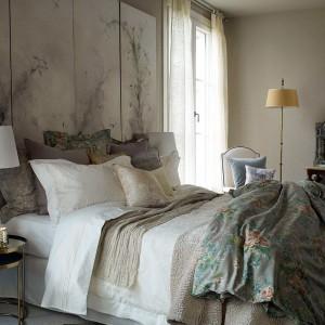 Stonowane odcienie w połączeniu z grubymi, ciepłymi tkaniami ocieplają wnętrze sypialni. Fot. Zara Home.
