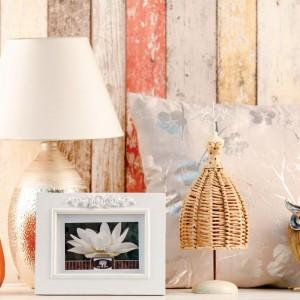 Dodatki w jesiennych kolorach ożywią każdą aranżację sypialni. Fot. Home & You.