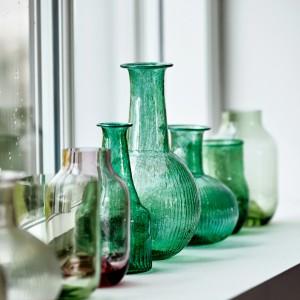 Wazony wykonane z grubego, kolorowego szkła będą stanowić efektowną dekorację sypialni. Fot. House Doctor.