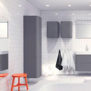 Meble łazienkowe z kolekcji Soft  z drzwiczkami i frontami szuflad o miękkich, zaokrąglonych narożnikach. Powierzchnia jest matowa biel i matowy szary. Ballingslov.