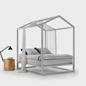 Łóżko o nazwie Casetta. Kształt klasycznego domu  w którym projektant mieszkał będąc dzieckiem stał się inspiracją do stworzenia projektu. Proj. Nahan Yong. Fot, Mogg.