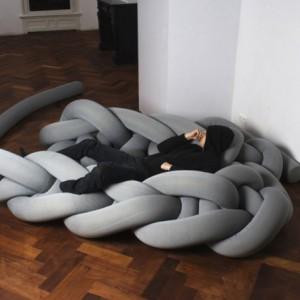 Phat Knitt to nowoczesna forma wygodnego miejsca do spania lub krótkiej drzemki. Plecionka wykonana z miękkiego tworzywa jest przyjemna w dotyku. Fot. Bauke knottnerus.