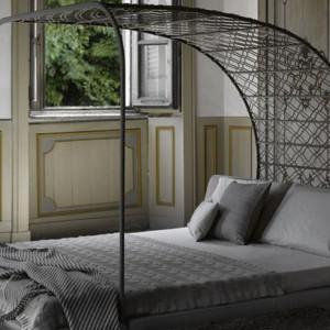 Łóżko z oryginalnym baldachimem Twice zaprojektowane przez Franco Poli. Fot. Mateo Grassi.