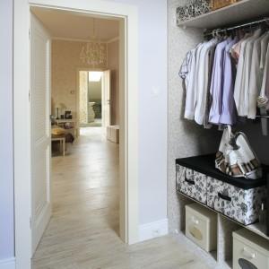 Obok sypialni znajduje się przestronna, wygodnie urządzona garderoba, która zapewnia wiele miejsca na przechowywanie. Proj. Karolina Łuczyńska. Fot. Bartosz Jarosz.