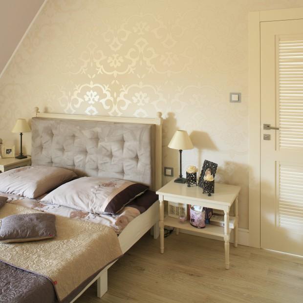 Romantyczna, klasyczna sypialnia na poddaszu