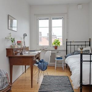 Czytelny podział sypialni. Prawa strona - miejsce do odpoczynku, lewa strona - miejsce do pracy. Fot. Alvhem Mäkler.