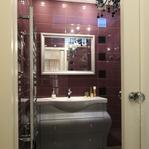Wnętrze łazienki zostało urządzone w stylu glamour - wszystko tu więc miało błyszczeć i zachwycać. Aby nie zakłócić tego efektu całkowicie zrezygnowano z wanny, na rzecz dużej, przestronnej kabiny. Projekt Agnieszka Żyła. Fot. Bartosz Jarosz.