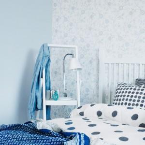 Delikatne, pastelowe odcienie ściany wprowadzają do sypialni spokojny, odprężający nastrój. Fot. Boras Tapeter.