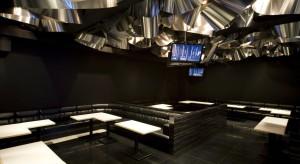 Mroczny klimat wykreowany w tokijskiej restauracji Aluminium Flower Garden przez japońskiego projektanta, Moriyuki Ochiai, fascynuje i niepokoi. Gra świateł i oryginalność zastosowanych form sprawiają, że to powściągliwe, minimalistyczne wnętrze