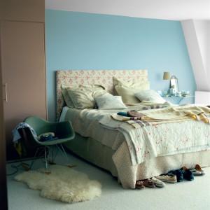 Stonowane odcienie błękitu wraz z delikatnymi brązami tworzą spokojną kompozycję. Fot. Dulux.