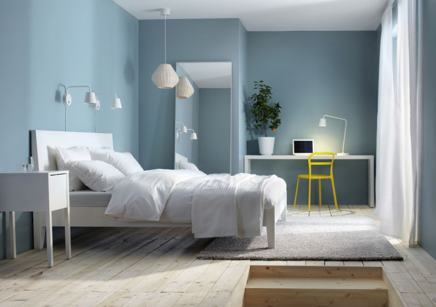 Stonowane odcienie stanowią doskonałe tło dla jasnych mebli, opraw oświetleniowych oraz dodatków. Fot. Ikea.