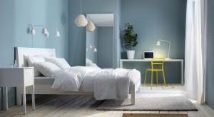 Błękity, granaty, turkusy…po różne odcienie niebieskiego chętnie sięgamy wybierając nie tylko dodatki czy tkaniny. Przedstawiamy 15 wnętrz sypialni w których niebieski kolor pojawia się na ścianie.