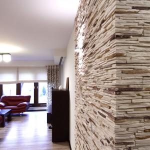 Beżowy kamień dekoracyjny Venezia Stegu. Efekt wizualny zastosowania płytki dodatkowo wzmacnia niezwykła struktura imitująca łupany drobno kamień. Fot. Stegu.