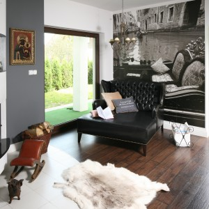 Fototapetą można ozdobić również salon w stylu klasycznym. Projekt: Magdalena Konochowicz. Fot. Bartosz Jarosz.