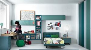 Biurko, łóżko, szafa na ubrania i oczywiście miejsce na książki, zeszyty i liczne akcesoria szkolne. Tych mebli nie może zabraknąć w pokoju dziecka w wieku szkolnym!