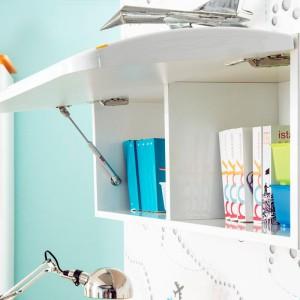 W szafce naściennej zawieszonej nad biurkiem można trzymać książki, jak również ustawić na niej jeden z kolekcjonerskich modeli samolotu. Fot. Kids&Teens.