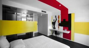 Wnętrza hotelu Wine & Design w portugalskim mieście Caminha zachwycają różnorodnym wystrojem. Hotelowe pokoje nawiązują do różnych dziedzin sztuki, znajdziemy tu między innymi pokój związany z fotografią, rzeźbą, muzyką, tańcem, m